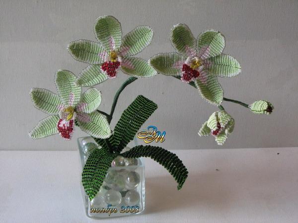 Лист орхидеи должен получится остроконечным. .  Вся схема плетения орхидеи из бисера изображена на пошаговых фото...